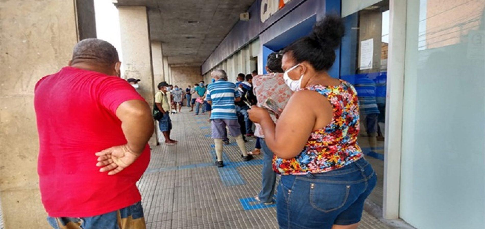 Em Teresina, vagas em fila para sacar auxílio emergencial são vendidas a R$ 20