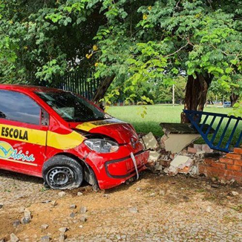 Carro de autoescola colide em muro após assalto no Piauí