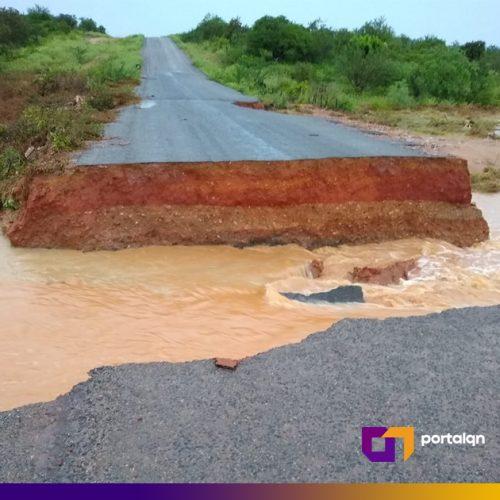 Asfalto rompe e isola a cidade de Queimada Nova da BR 407; veja o vídeo