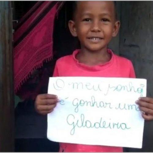 Em vídeo, menino de 6 anos diz que sonha ganhar geladeira: 'para beber água gelada'