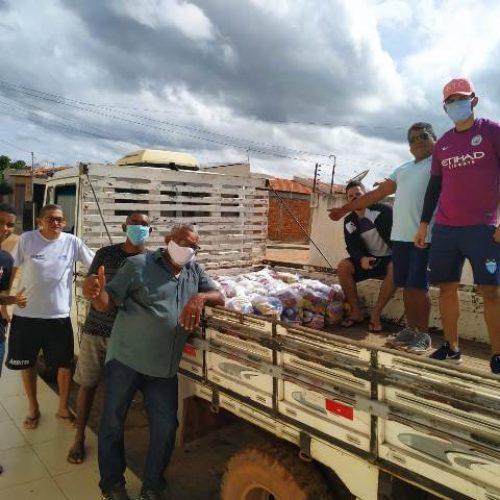Atletas picoenses entregam cestas básicas em Picos e Geminiano