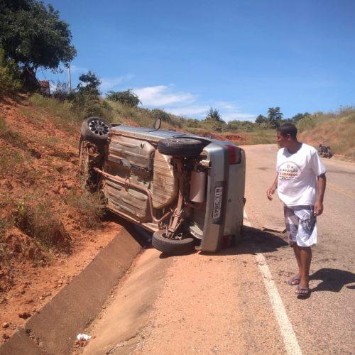 Motorista perde o controle e veículo capota no interior de Patos do Piauí