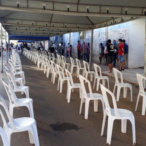 Mesmo com tendas e cadeiras, população permanece em fila em frente a banco em Picos