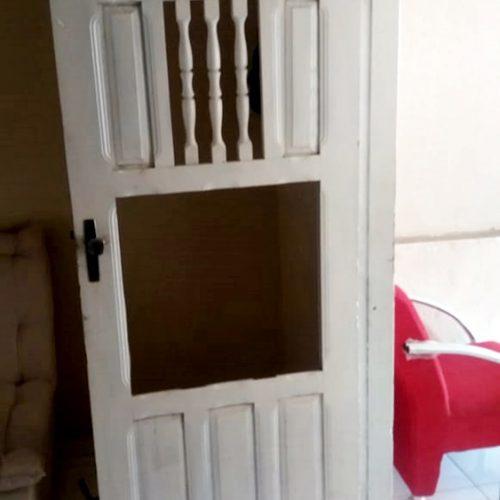Bandidos armados arrebentam porta e assaltam dona de salão em Alagoinha