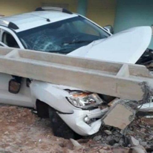 Após pneu estourar, motorista perde o controle do carro e colide contra poste na BR-343
