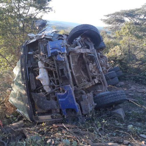 Motorista fica ferido após capotar caminhão em Queimada Nova