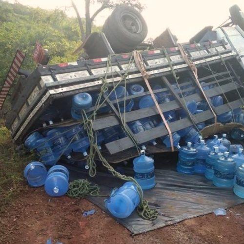 Caminhão com garrafões de água tomba em ladeira no Norte do Piauí
