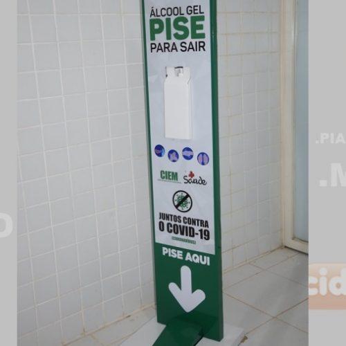 Saúde de Picos distribui totens de álcool em gel em pontos estratégicos da cidade