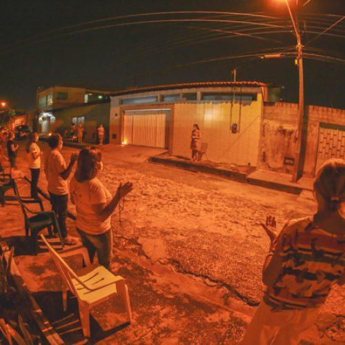 Moradores rezam da porta de casa em oração coletiva devido à pandemia no Piauí