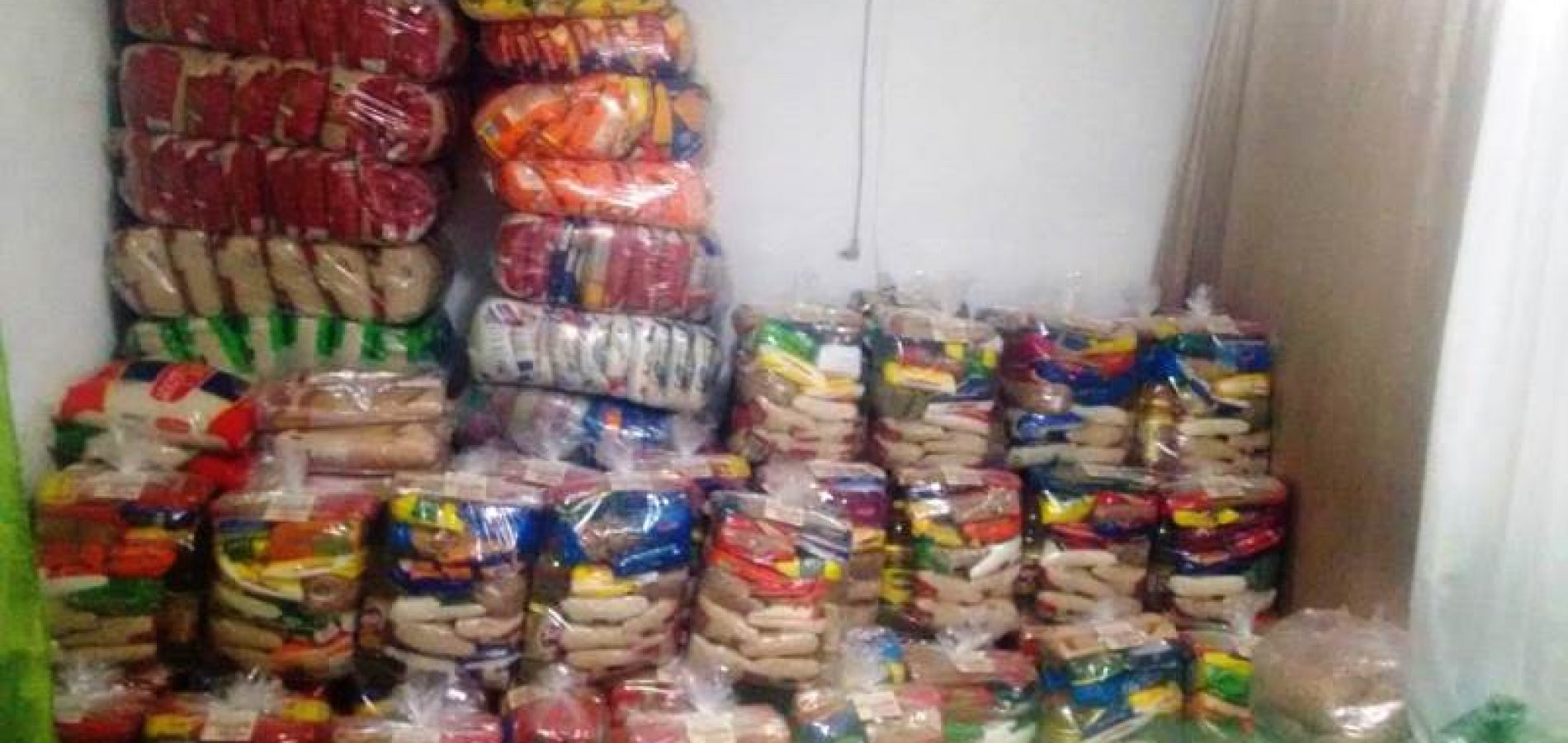 Cantor jaicoense Márcio Balla realiza distribuição de cestas arrecadadas durante live