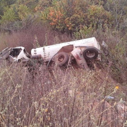 PAULISTANA | Caminhão pipa tomba após descer a parede do açude Ingazeira e motorista fica ferido