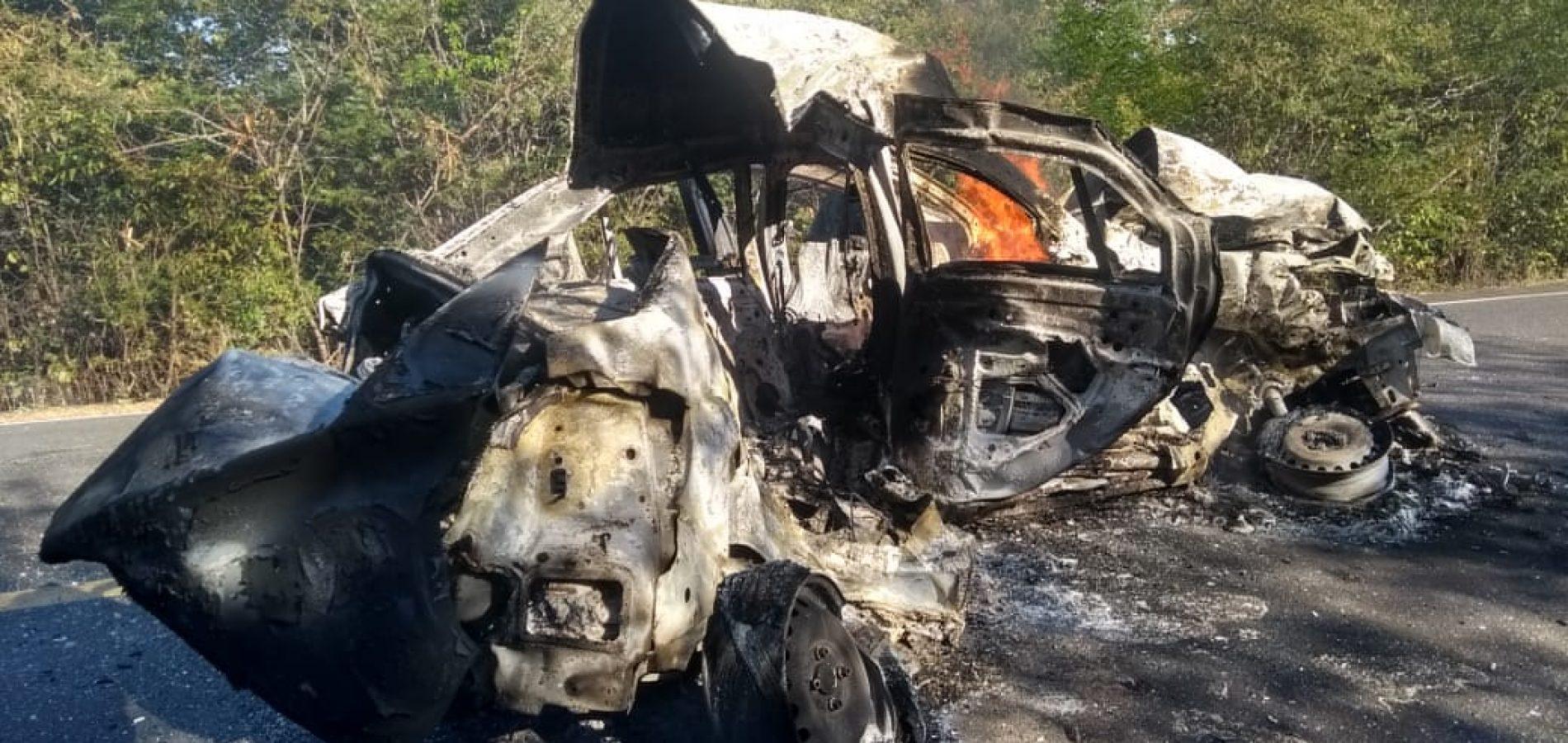 Veículo pega fogo após colisão e duas pessoas morrem carbonizadas no Piauí