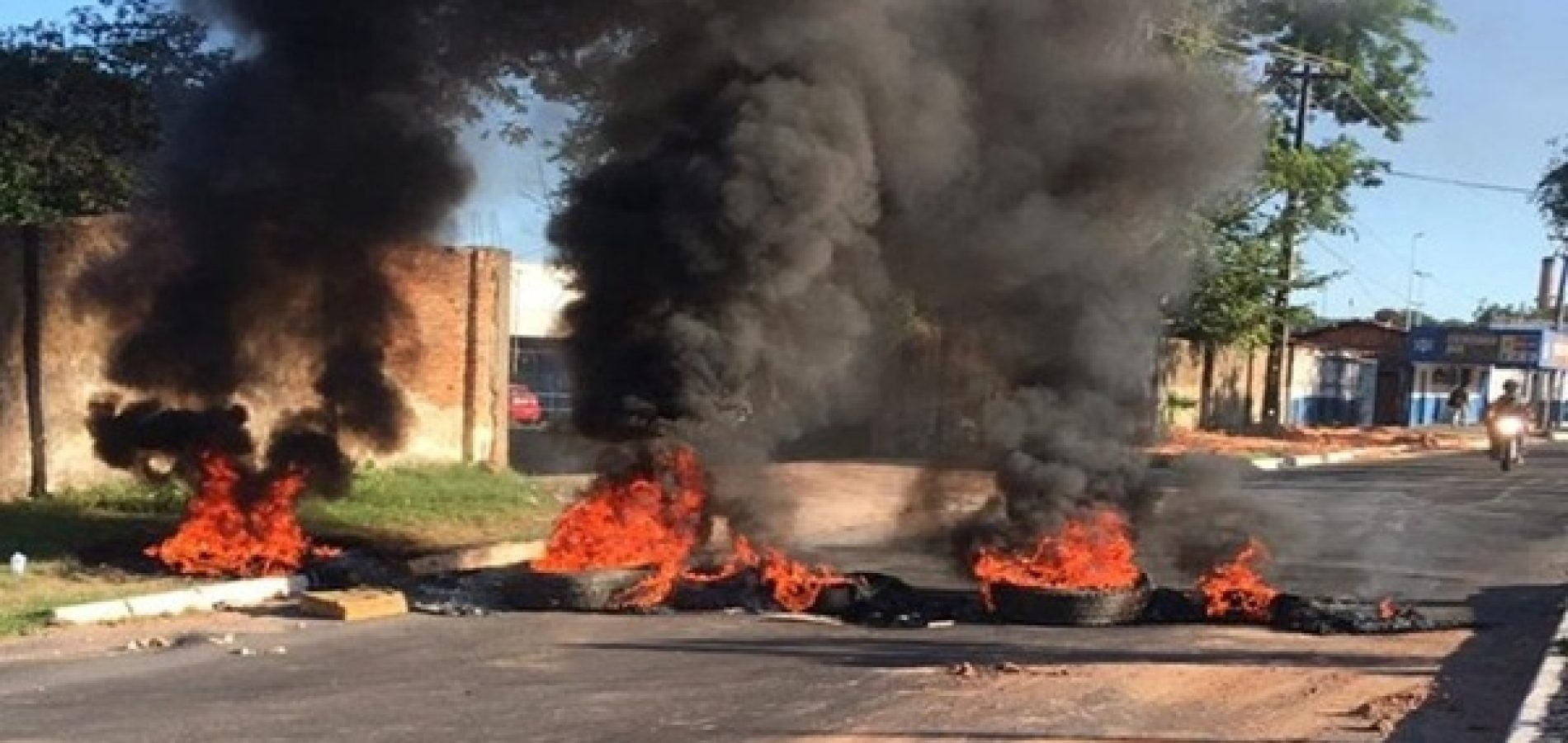 Moradores fazem barricada e protestam contra usina de incineração de lixo hospitalar em Teresina