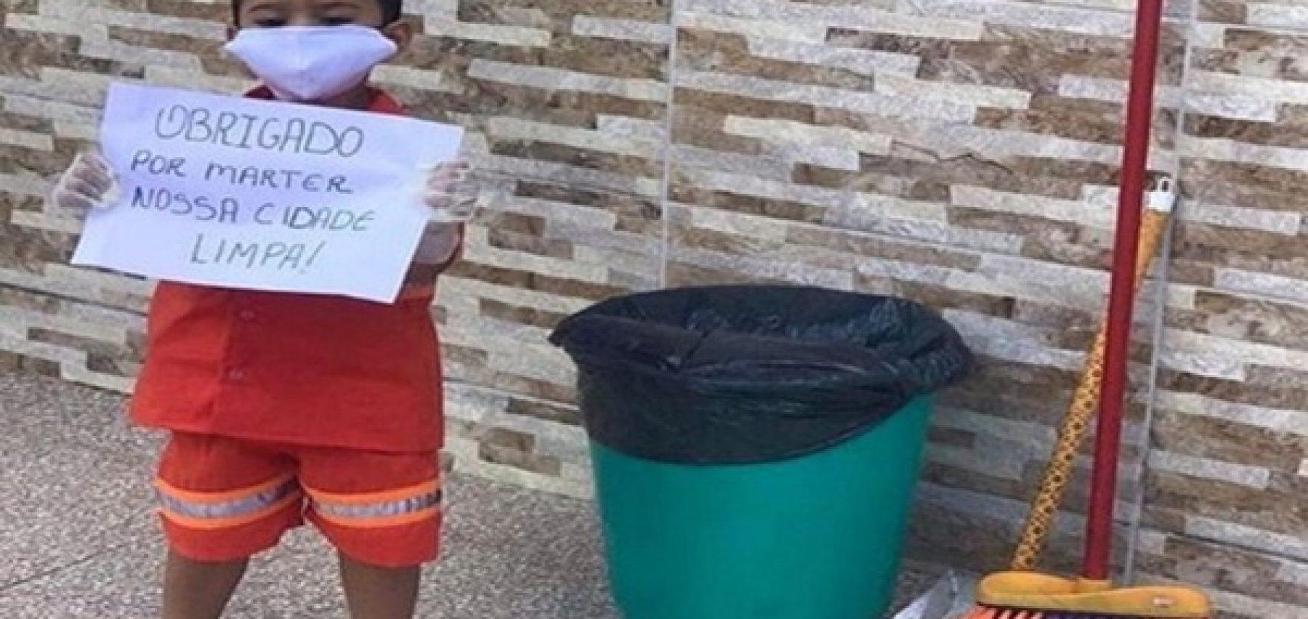 Menino de 3 anos veste uniforme de coletores de lixo e agradece pelo trabalho durante a pandemia no Piauí