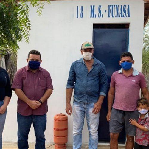 Famílias da zona rural de Caridade do Piauí são contempladas com construção de banheiros