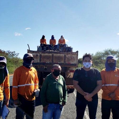 Cantor Mariozan Rocha solicita à W. Dias recuperação de estradas em Monsenhor Hipólito e acompanha obras
