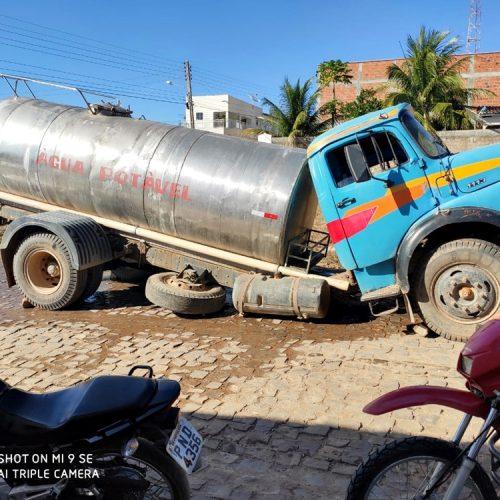 Amigos fazem campanha para ajudar dono de caminhão-pipa que quebrou chassi em Alagoinha. Ajude!