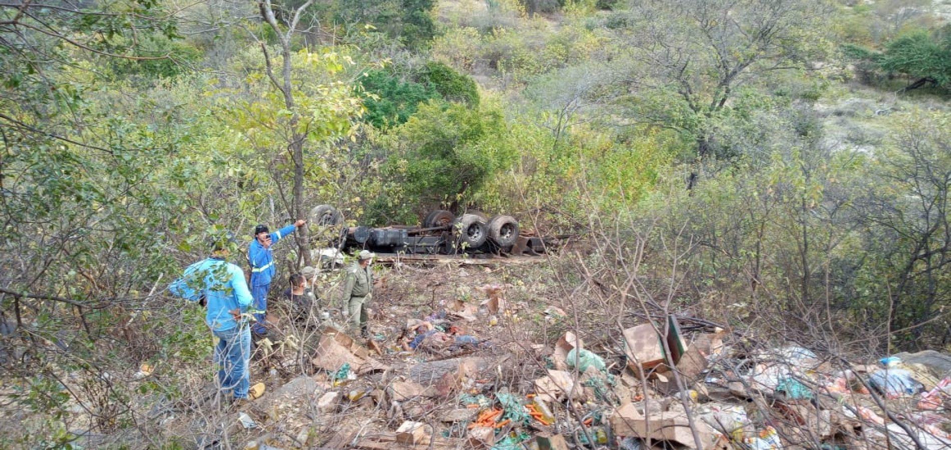 Caminhão de empresa de Picos tomba em serra e deixa um morto e outro ferido próximo a Queimada Nova