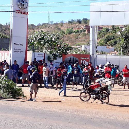 População se aglomera ao redor de carga de frango tombada na BR-316 em Picos