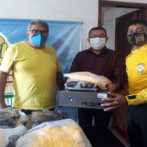 Padre Walmir faz entrega de fardamentos e EPI's a agentes de Trânsito de Picos