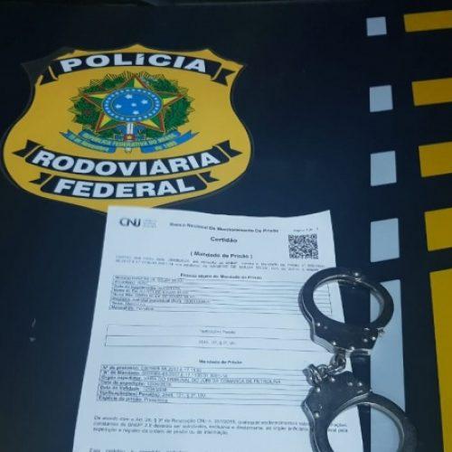 PRF prende homem acusado de homicídio na BR 316 em Valença do Piauí