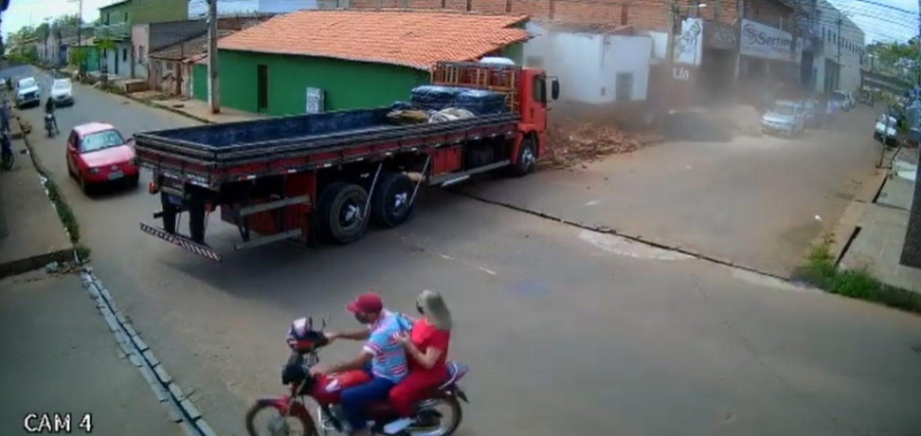 Caminhão atinge e destrói parte de casa em Picos; veja vídeo