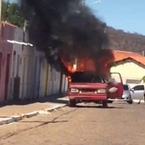 Caminhonete pega fogo no centro da cidade de Conceição do Canindé