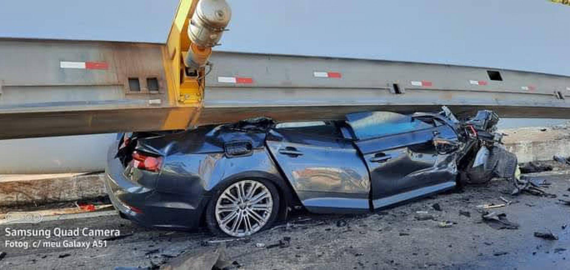 Acidente com carreta que transportava hélice de torre para o Piauí deixa pai e filho mortos na BR-020