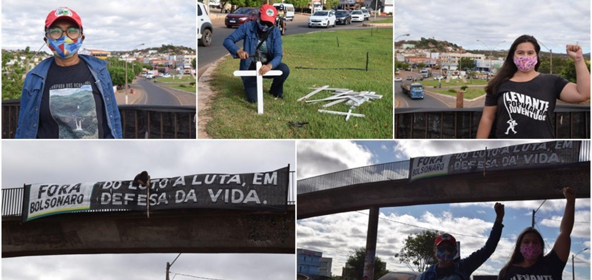PICOS | Em defesa da vida, manifestantes espalham cruzes pelas mortes causadas pelo coronavírus