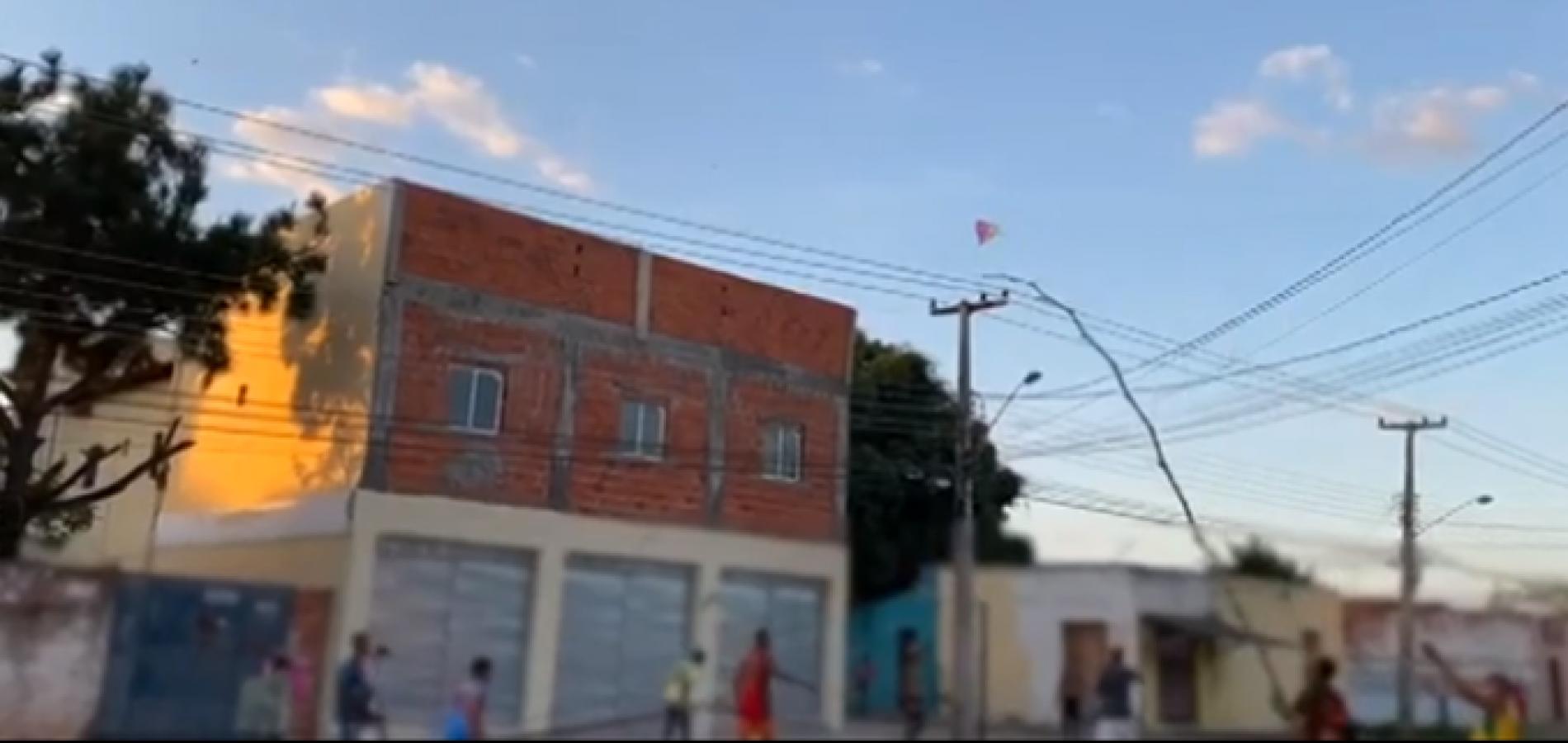 Adolescentes e adultos lotam rua para empinar pipa com risco de acidentes em município do Piauí