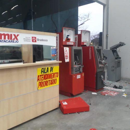 Criminosos explodem caixas eletrônicos em supermercado no Piauí, mas fogem sem levar dinheiro