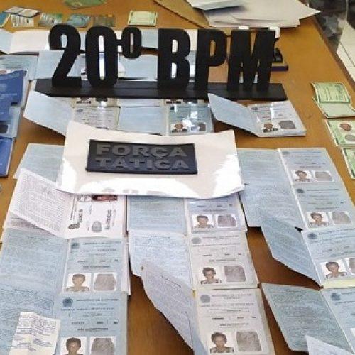 Polícia prende idosos que transportavam mais de 30 carteiras de trabalho falsas em Jacobina do Piauí