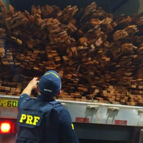 PRF apreende 30,34 m³ de madeira ilegal e autua o condutor por crime ambiental em Valença do Piauí