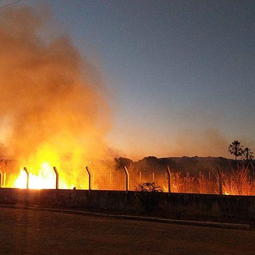PICOS | Incêndio se alastra, ameaça atingir casas e é controlado pelos moradores da Cipaúba