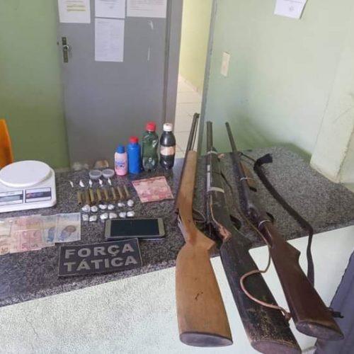 PM de Simplício Mendes apreende armas e drogas e três homens são conduzidos a delegacia