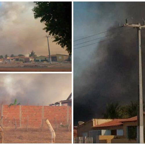 Lixão pega fogo e ameaça chegar em posto de gasolina e residências no Geminiano