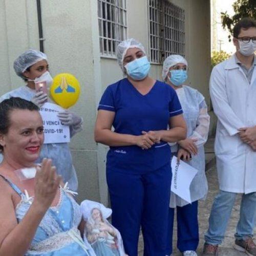 Depois de passar 64 dias na UTI com covid-19, paciente deixa hospital curada no Piauí