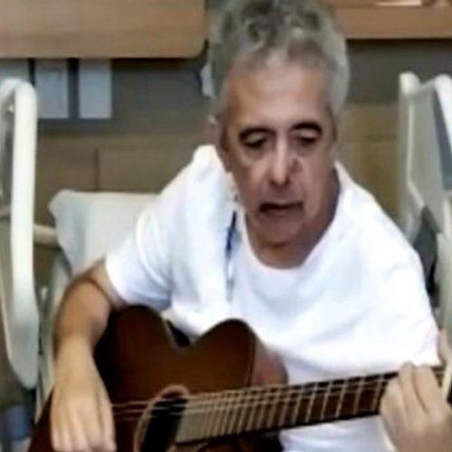 Jornalista Álvaro Carneiro vence a Covid e surge cantando em hospital