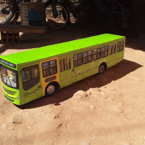 Homem no Piauí cria réplicas de ônibus em miniaturas e vende na internet