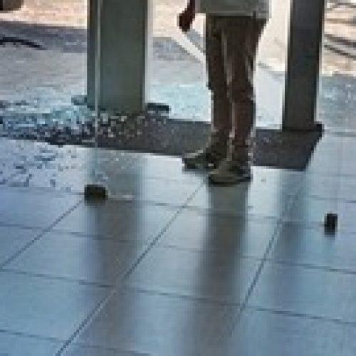 Cliente tem ataque de fúria e quebra porta de vidro de agência bancária no Piauí