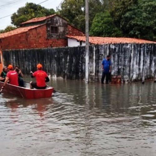 Casas e ruas ficam alagadas após chuva forte em cidade do Piauí