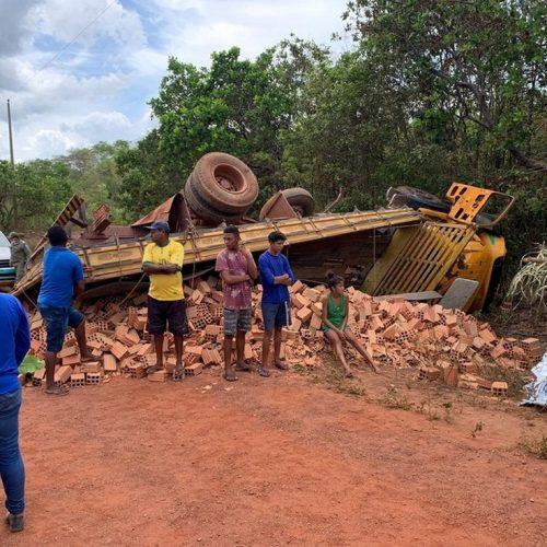 Caminhão carregado de tijolos capota após descer ladeira de ré e mata motorista no Piauí