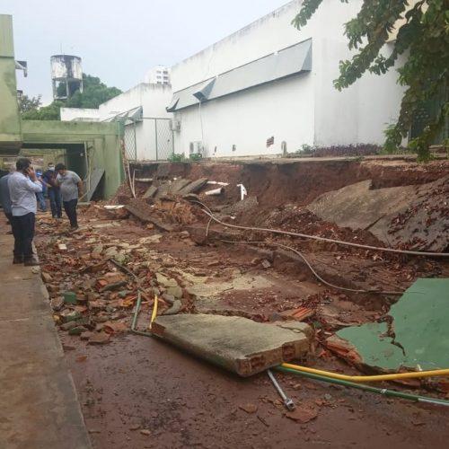 Muro desaba durante chuva e pacientes com Covid-19 são transferidos de hospital em Teresina