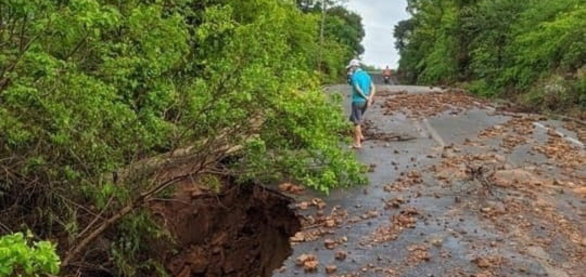 Chuva abre cratera em estrada que leva ao Morro do Gritador