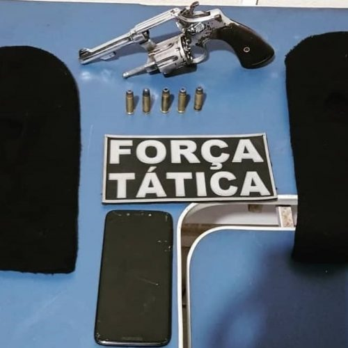 Dupla suspeita encontrada com arma de fogo e toucas ninja é conduzida pela PM de Picos