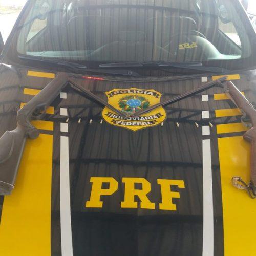 Em Valença do Piauí, PRF apreende espingardas e prende homem por porte ilegal de arma de fogo e munições
