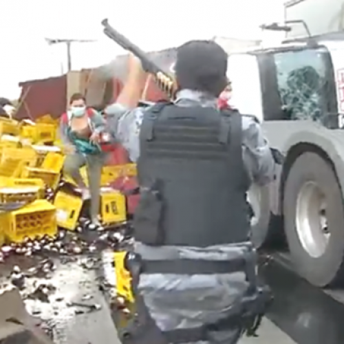 Caminhão cheio de cerveja tomba no Piauí e carga é saqueada