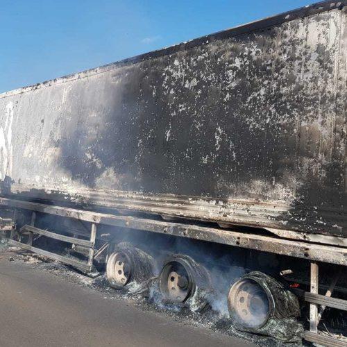 Carreta pega fogo na BR-020 em Santo Antônio de Lisboa