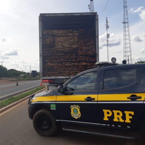 PRF apreende carregamento de madeira ilegal na BR-316 e autua condutor por crime ambiental em Picos