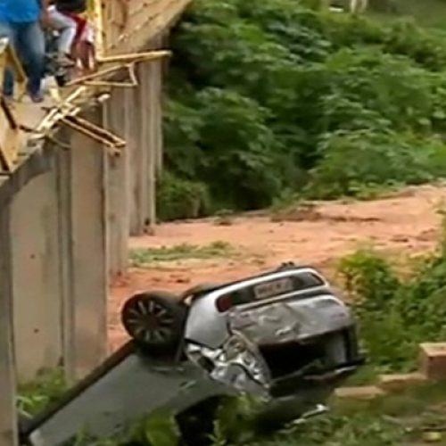 Motorista cai em grotão ao tentar atravessar passarela em Teresina